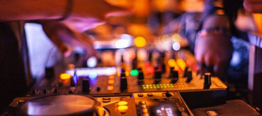 Dj sætter musik på til fest