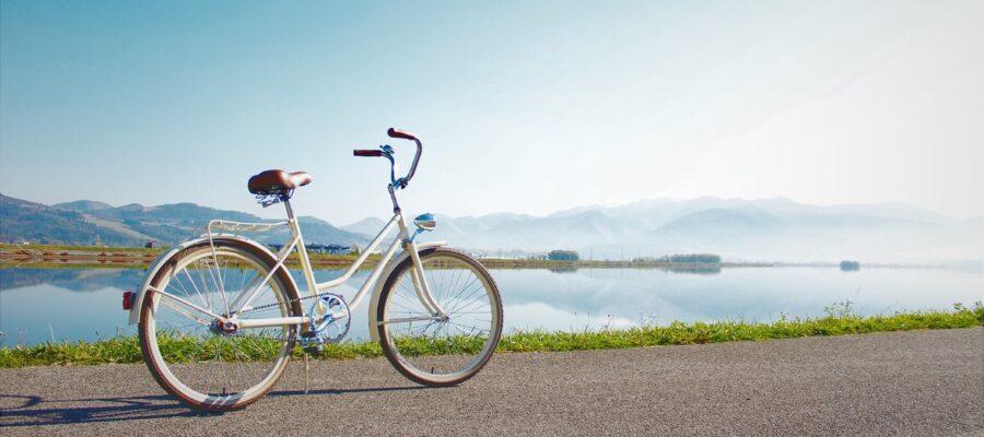 Grå cykel holder ved stille ved havet