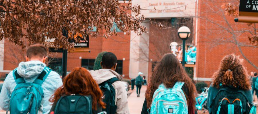 Unge studerende har blå tasker på