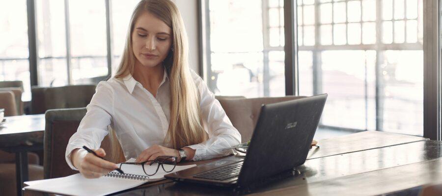 ung kvinde arbejder fokuseret